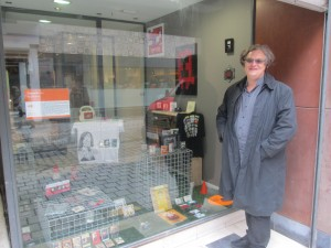 Philippe Franck devant la vitrine de l'exposition Cassette Art#2,City Sonic 2017 (Pop-Up Store).